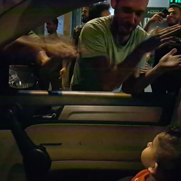 What's Viral - Lebanese protesters sing 'Baby Shark' to a toddler