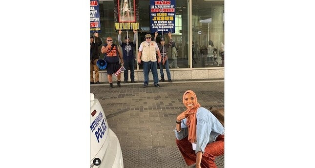 Barbs' Wire - Muslim woman's photo at anti-Muslim protest goes viral