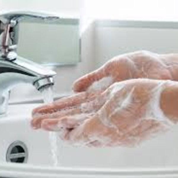 A ideia de educação financeira é tão simples quanto lavar bem as mãos, já que lavar as mãos se tornou um gesto poderoso capaz de nos proteger e, quem sabe, nos salvar