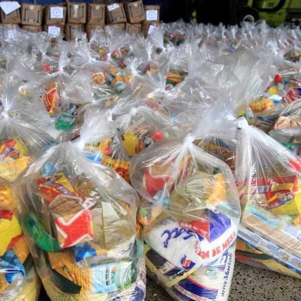 Distribuição de cartões cesta básica para famílias de alunos da rede municipal