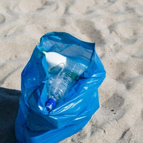 Saco plástico na praia