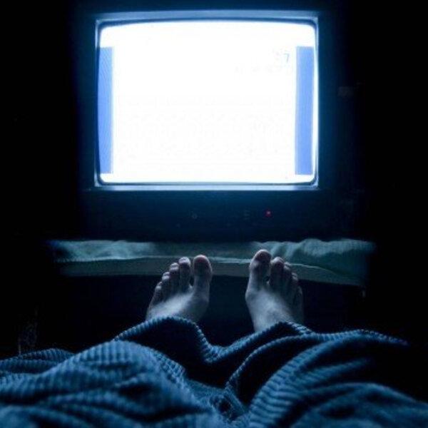 Tenho dormido pouco, pois assisto TV até tarde. Isso faz mal?