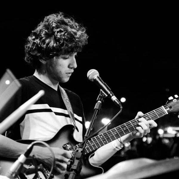 Guitarrista brasiliense Pedro Martins encanta Eric Clapton e começa a ganhar o mundo