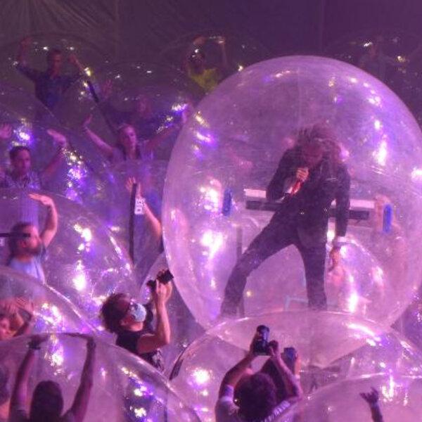 The Flaming Lips faz show com público dentro de bolhas