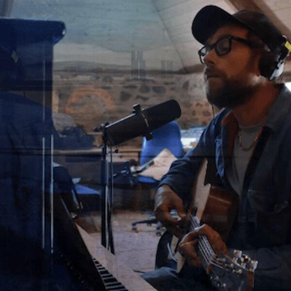 Damon Albarn, do Blur, mostra novo projeto em live